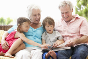 Curare i nipoti fa bene ai nonni
