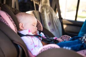 Dimenticare figlio in auto perchè succede e come evitarlo