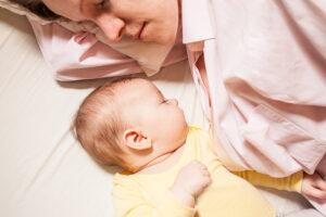 Il bambino deve dormire con la mamma fino a tre anni. Lo dice uno studio