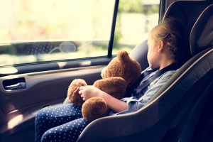 Legge anti-abbandono figli in auto: cos'è e cosa cambia