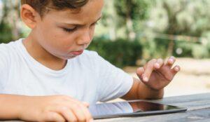 Bambino blocca l'iPad del papà per 49 anni