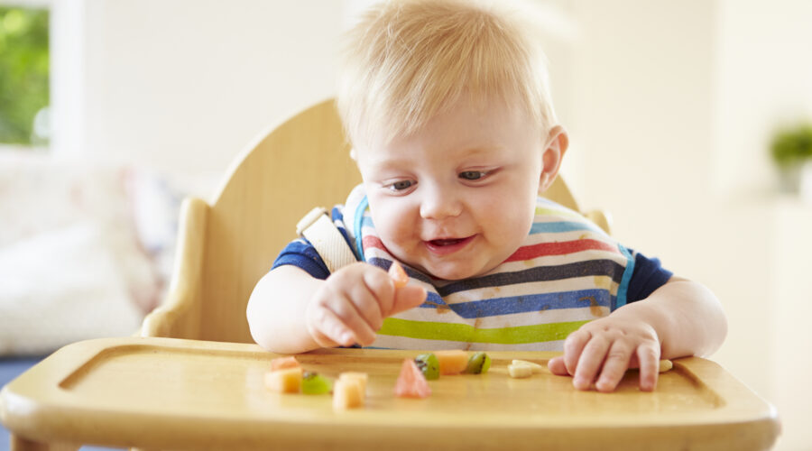 aiutare bambino a mangiare