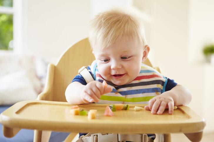 bambino mangiare da solo