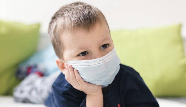 mamme protesta coronavirus mascherina bambino